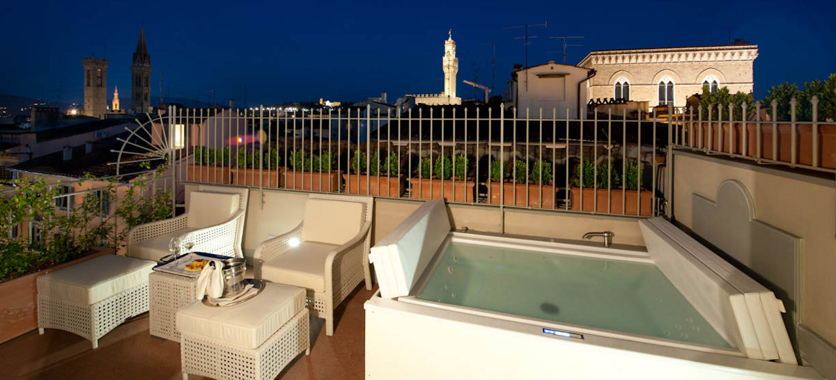 Suite con jacuzzi in camera a firenze hotel brunelleschi for Camere da letto firenze